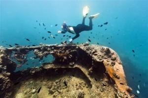 Taucher untersucht Schiffswrack - Kanonenboat bei Lusong Island