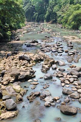 Steine im Fluss - Indonesien