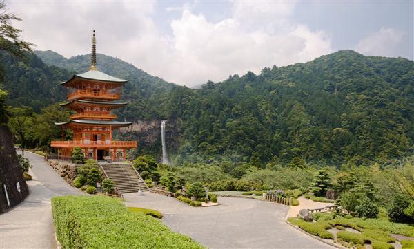 Tempel mit Wasserfall in den Kii-Bergen