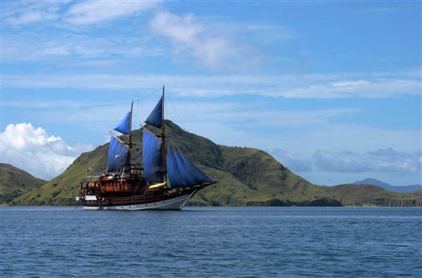 Segelschiff vor Komodo - Indonesien
