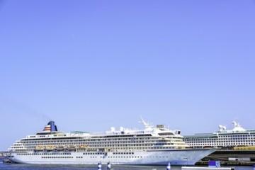 Kreuzfahrtschiff im Yokohama Osanbashi Pier in Japan