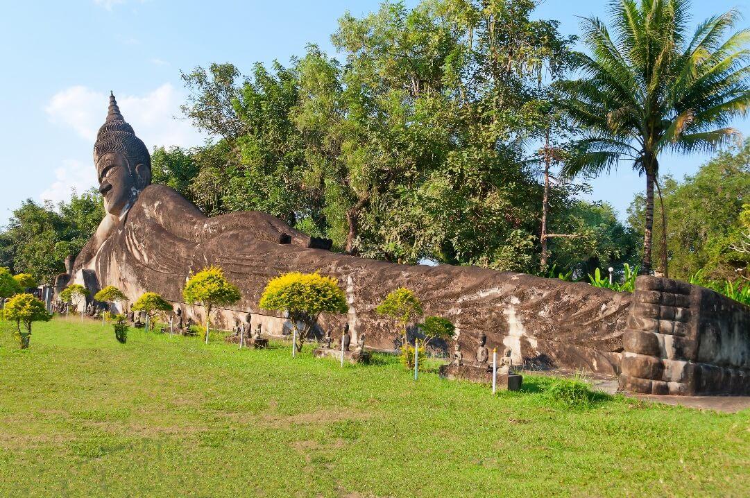 Liegender Buddha mit 120 Metern Länge im Buddha Park Xieng Khouang bei Vientiane