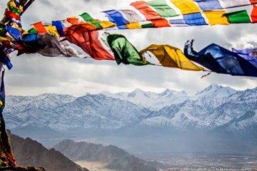 tibet kultur bunte fahnen